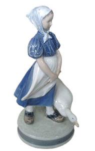 Porzellanfigur: kleines dänisches Gänseliesel in Holzschuhen und einer sich nach vorn streckenden Gans