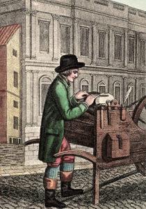 altkolorierter Stich: Messerschleifer mit seinem Schleifsteinkarren und auf der Straße beim Schleifen