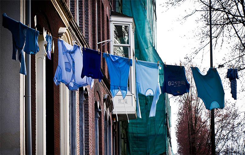 Farbfoto: blaue Kleidung auf Wäscheleine in Amsterdam