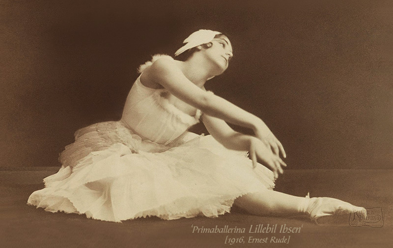 sw Foto: Primaballerina in verträumter Pose