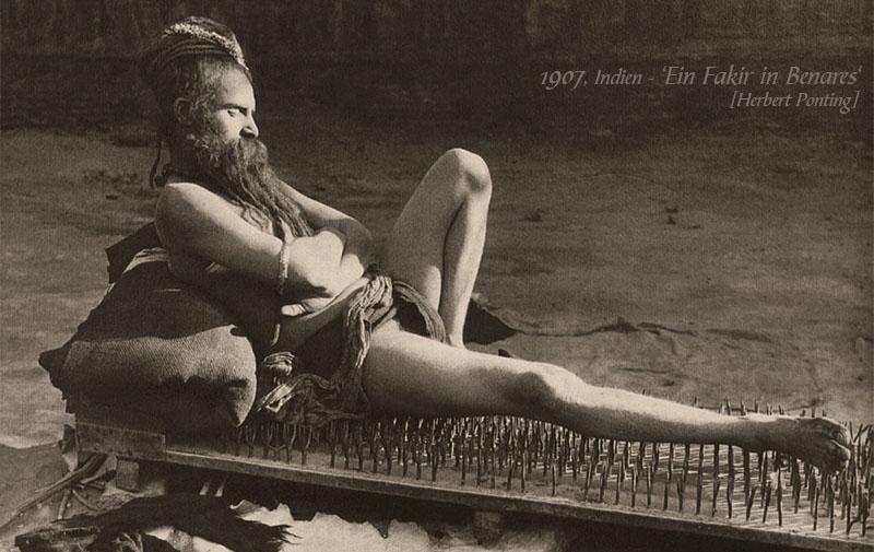 sw Foto: Fakir auf Nagelbett liegend
