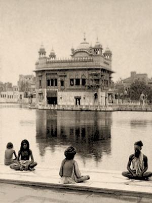 sw Foto: vier Asketen sitzen am Wasserbeckenrand des Tempels - 1908