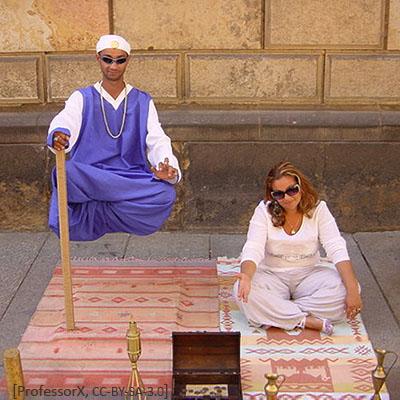 Farbfoto: Mann mit Turban und Sonnenbrille, der sich an einem Stock haltend über einem Teppich zu schweben scheint - 2012