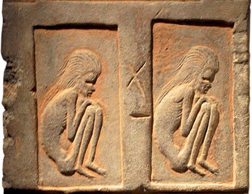 Terrakottarelief: hockende Asketen