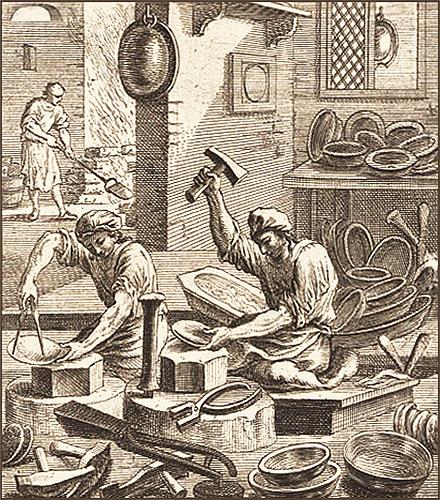 Kupferstich: zwei sitzend arbeitende Kesselschmede inmitten schon fertiger Produkte, im Hintergrund erwärmt einer Blech - 1698