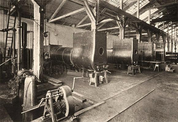 sw Foto: Blick in die Werkhalle, in der große Kessel gefertigt werden
