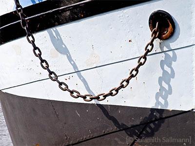 Farbfoto: aus Boot heraushängende Kette
