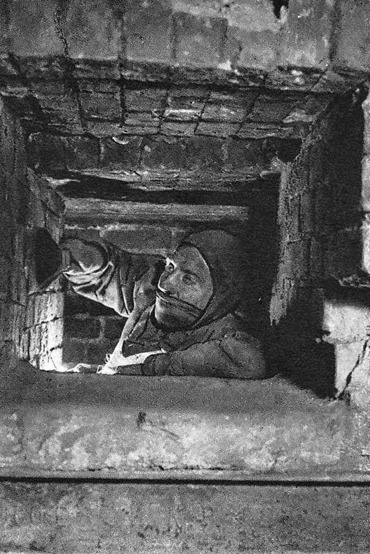 sw-Foto: Schornsteinfeger kehrt Kamin aus