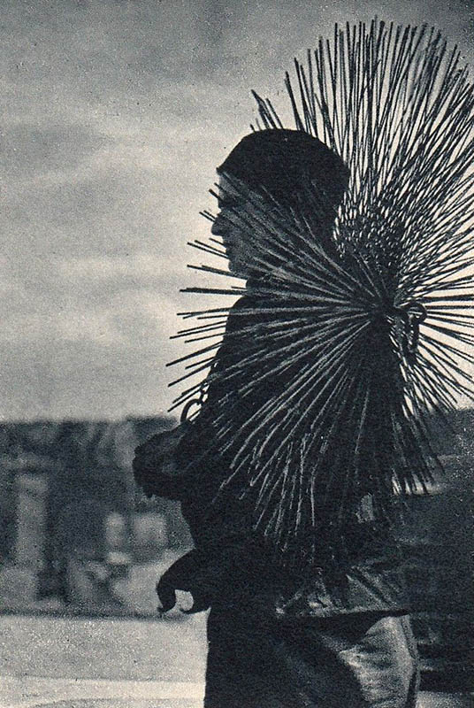 sw-Foto: Kaminkehrer mit seinem Besen auf dem Rücken