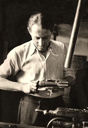 sw Foto: Büchsenmacher montiert ein Gewehr