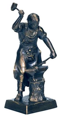 kleine Bronzefigur: Büchsenschmied bearbeitet Gewehrlauf am Amboss