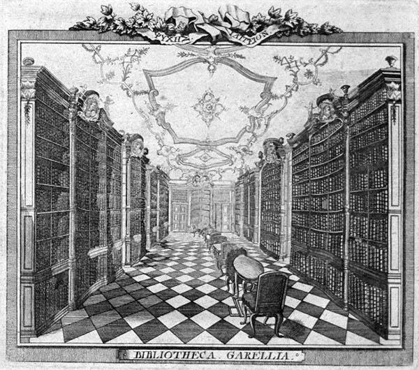sw-Zeichnung: Gang mit seitlichen Bücherschränken