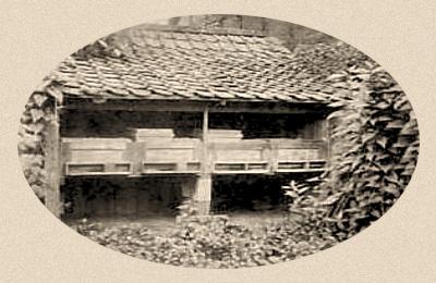 sw-Fotopostkarte: Bienenhaus im Garten