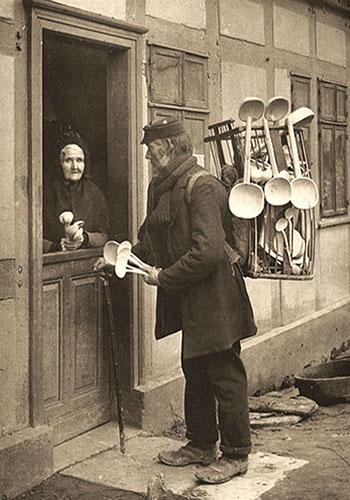 sw Foto: Händler trägt Rückengestell aus Weidenruten mit Holzlöffeln von groß bis klein - 1905