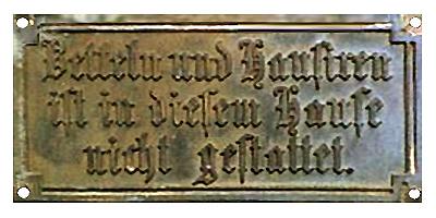Schild mit Aufschrift: Betteln und Hausiren ist in diesem Hause nicht gestattet. - 1870