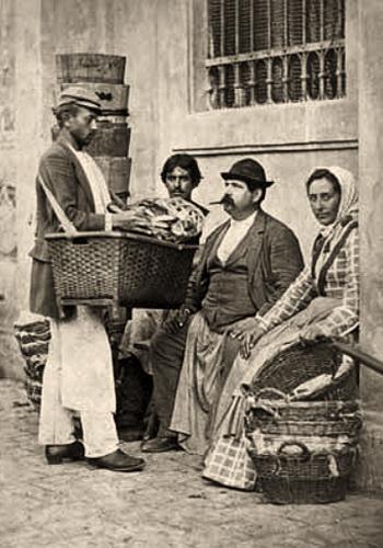 sw Foto: Händler trägt Warenkorb mit Tragband über Schulter - 1880