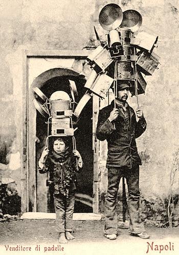 sw Fotopostkarte: ital. Händler mit Blechgeschirr auf Drahtgestell, von Händen gehalten auf Kopf abgestellt - 1880