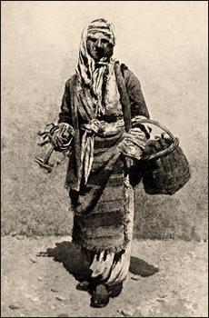 sw Gemäldefoto: türk. Hausiererin mit Hammer in der Hand und weiterem Werkzeug in Korb am Arm - 1890