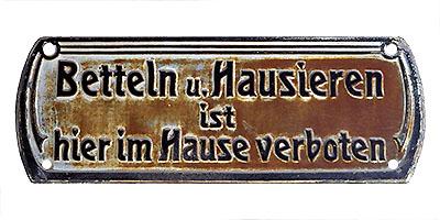 Schild mit Aufschrift: Betteln u. Hausieren ist hier im Hause verboten - 1910