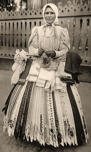 sw Foto: bulgarische Hausiererin mit Bauchladen - 1910