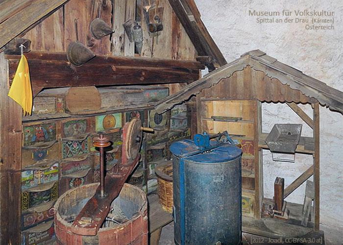 Farbfoto: Blick in Ausstellungsraum für Imkerei