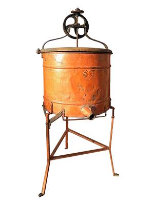 Farbfoto: orange lackiertes Hochständergerät aus Eisenblech