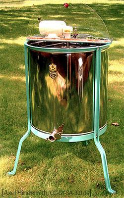 Farbfoto: auf einer Wiese stehendes Edelstahlgerät