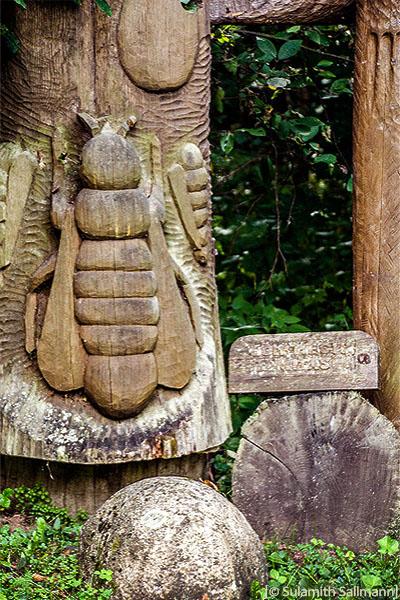 Farbfoto: Holzskulptur mit großen Bienen
