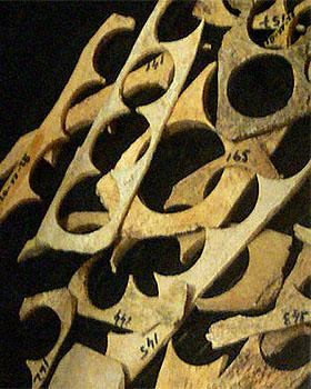 Farbfoto: Knochenfragmente mit Stanzlöchern
