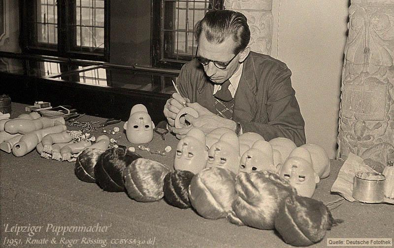 sw Foto: Puppenmacher bei der Arbeit
