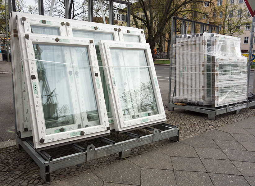 Foto: viele neue Fenster stehen zum Einbau bereit