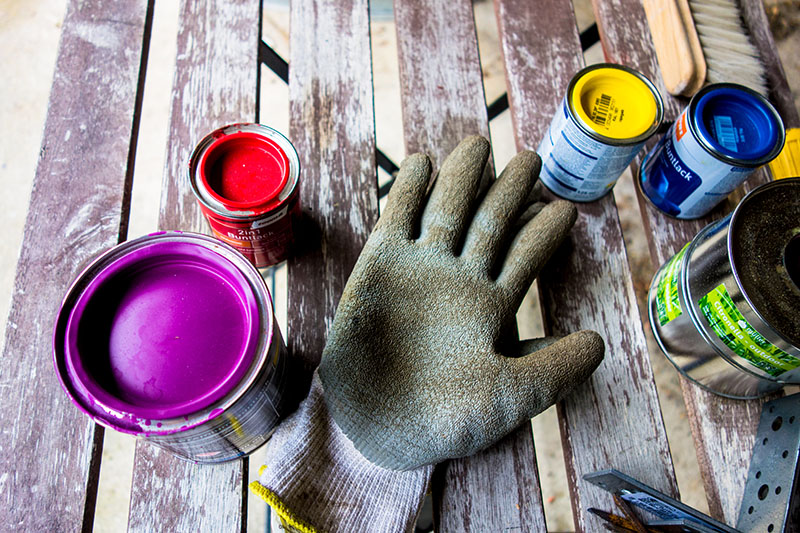 Foto: Lackdosen und Schutzhandschuh
