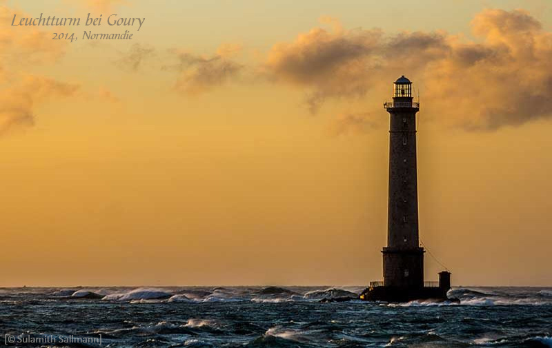 Farbfoto: Leuchtturm in der Normandie bei Sonnenuntergang und stürmischer See - 2014, FR