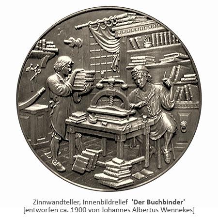 Innenbildrelief eines Zinntellers: 2 Buchbinder bei der Arbeit ~1900