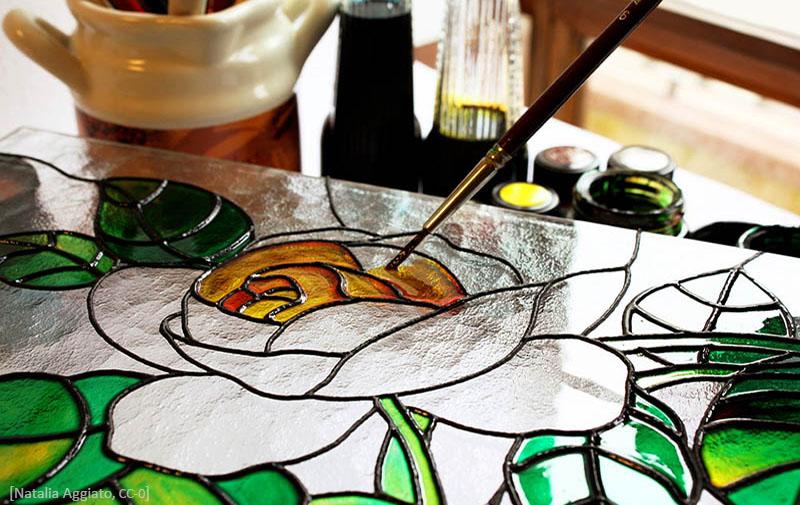 Farbfoto: Nahaufnahme wie gerade ein Glasbild gemalt wird