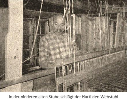 sw Foto: in der niedren alten Stube schlägt der Hartel den Webstuhl - 1957, Bayern