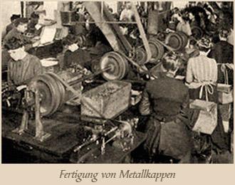 sw Foto: Frauen fertigen Metallkappen an Maschinen