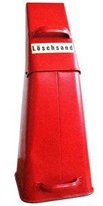 Farbfoto: roter Schüttbehälter mit Löschsand