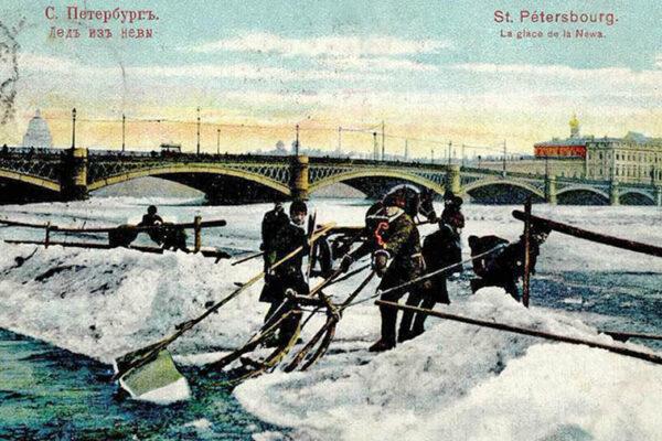 AK: Männer ziehen Eisblöcke aus dem Fluss