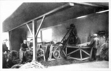sw-AK: Männer arbeiten in einer Werkstatt
