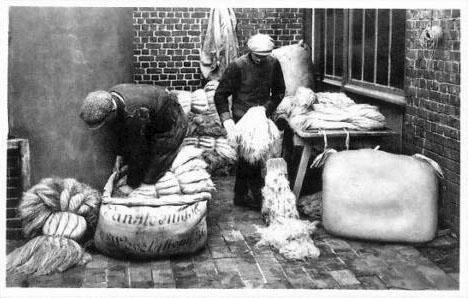 sw-Foto: zwei Männer verpacken den fertigen Leinen