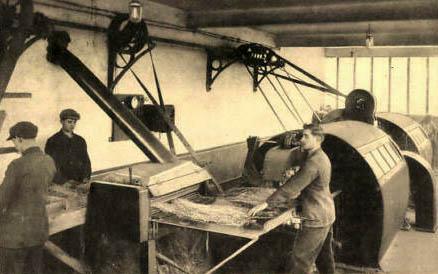 sw-AK: Männer an großen Maschinen