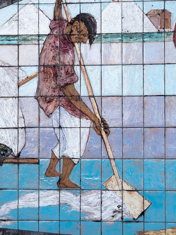 Fliesenwandbild: Mann schiebt Salz zusammen
