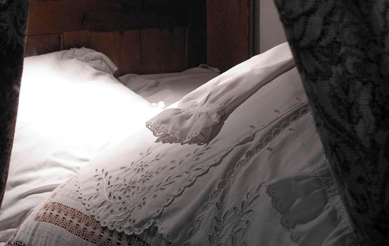 Schrankbett und Kissen