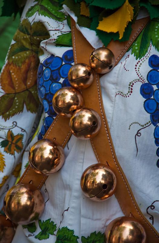 Detailfoto: messingfarbene Schellen eines Kostüms