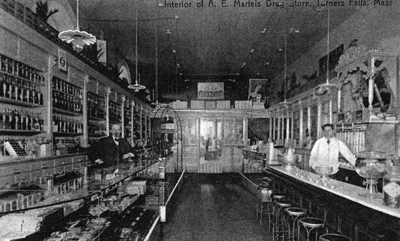 altes sw-Foto: zwei Apotheker in ihrem Drug Store