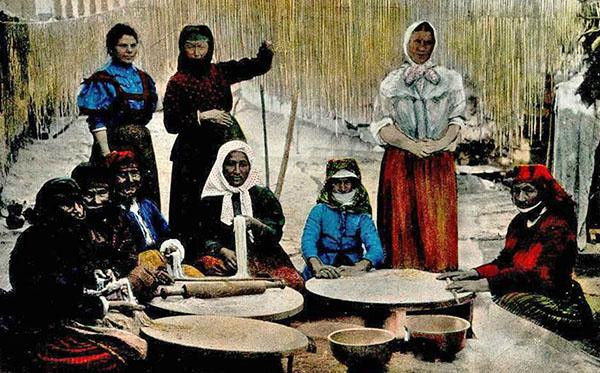 kolorierte AK: Frauen stellen Nudeln her