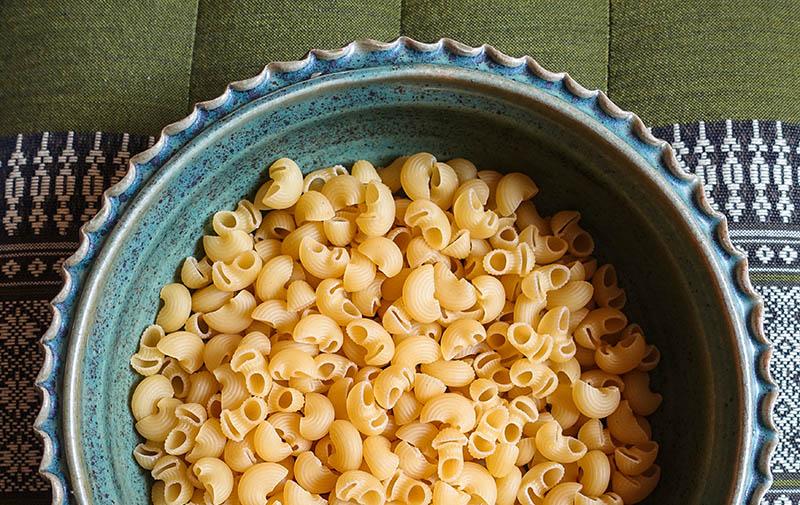 rohe Nudeln in einem Teller