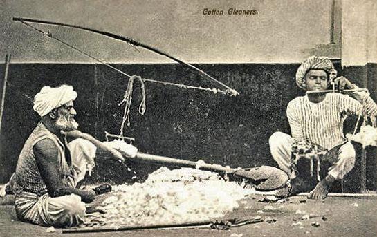 sw-Postkarte: zwei Männer reinigen Baumwolle