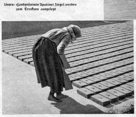 altes sw-Foto: Frau legt Ziegel nebeneinander auf dem Boden aus